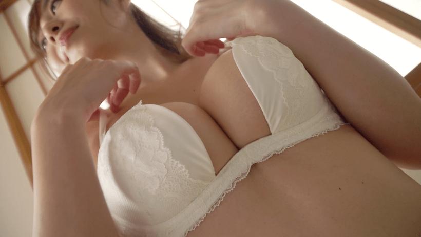 和室で真っ白の下着姿の塩地美澄