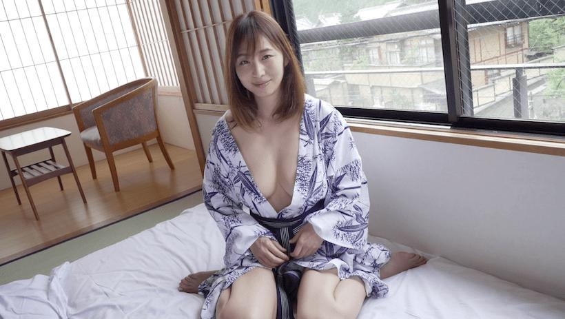 旅館で浴衣がはだけている塩地美澄