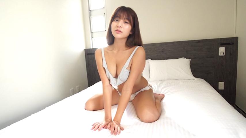 ユルユルのトップスでベッドに座る徳江かな