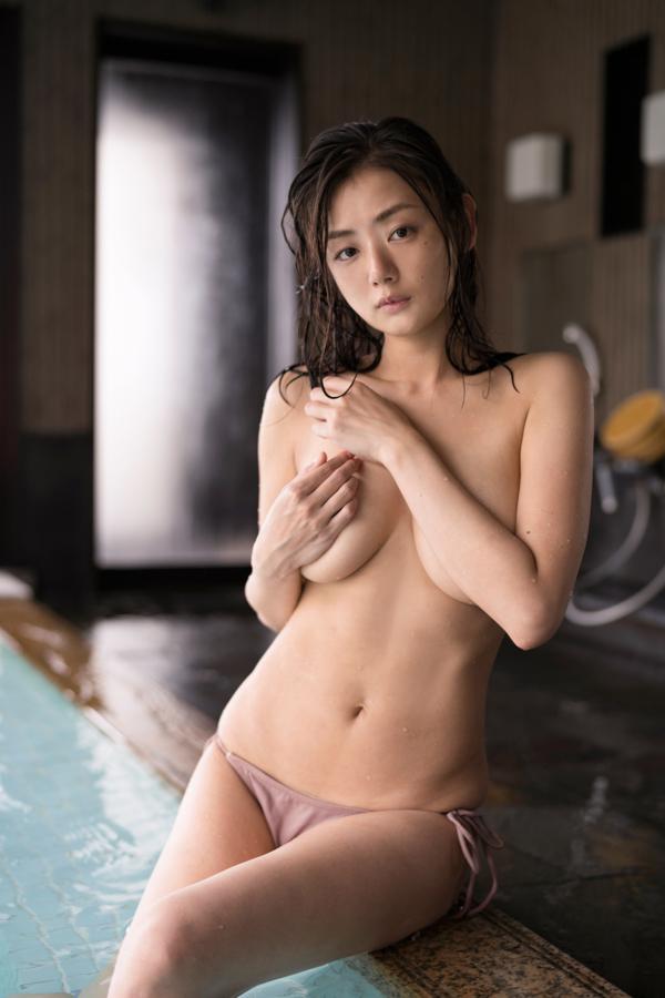 大浴場で手ブラで入浴する片山萌美