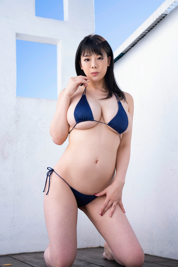 紺色ビキニを着てポーズをとる伊藤椿