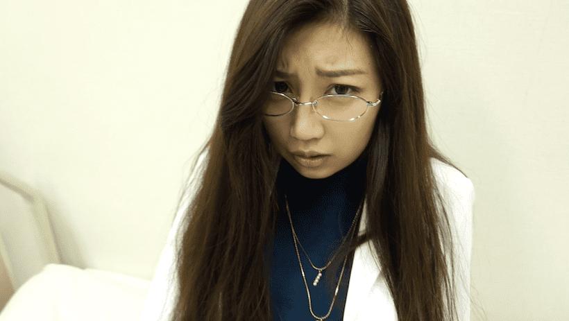 メガネ着用で保健室の先生役のあべみほ