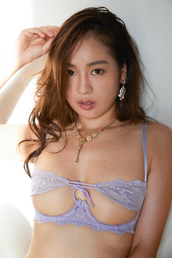 薄い紫のブラをつける中村エリカ