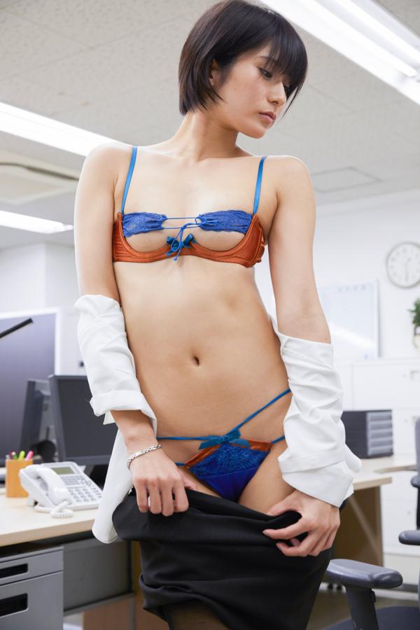 職員室でタイトスカートを脱ぐ来栖うさこ